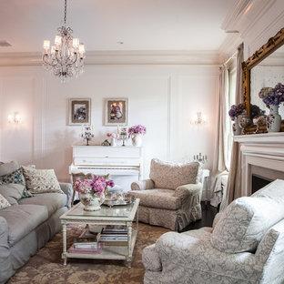Mittelgroßes, Abgetrenntes Shabby-Style Wohnzimmer mit weißer Wandfarbe in Los Angeles