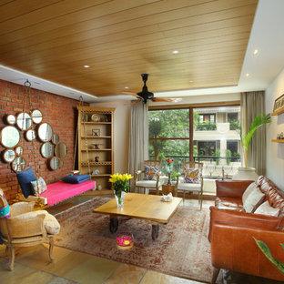 デリーのコンテンポラリースタイルのおしゃれなリビング (白い壁、マルチカラーの床) の写真