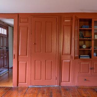 Bild på ett mellanstort lantligt separat vardagsrum, med ett finrum, röda väggar och mellanmörkt trägolv
