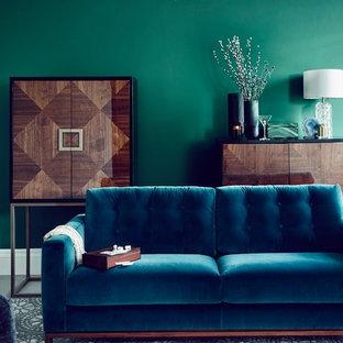Foto di un soggiorno bohémian con pareti verdi e pavimento multicolore