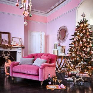 ロンドンのトラディショナルスタイルのおしゃれなリビング (ピンクの壁、濃色無垢フローリング、標準型暖炉) の写真