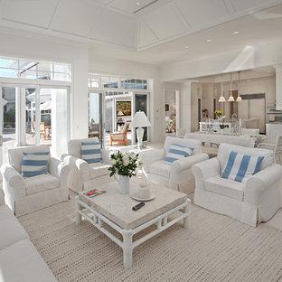Idee per un soggiorno tropicale con pareti bianche e pavimento bianco