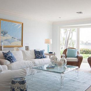 マイアミの大きいビーチスタイルのおしゃれなLDK (フォーマル、青い壁、トラバーチンの床、暖炉なし、テレビなし、茶色い床) の写真