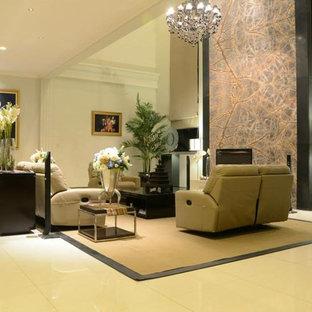 他の地域の大きいコンテンポラリースタイルのおしゃれなリビングロフト (ミュージックルーム、ベージュの壁、大理石の床、据え置き型テレビ) の写真