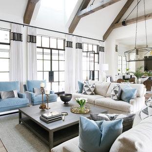Ejemplo de salón abierto, tradicional renovado, con paredes blancas y suelo de madera clara