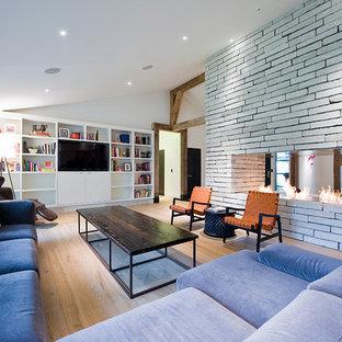 Modernes Wohnzimmer mit Tunnelkamin in Sonstige