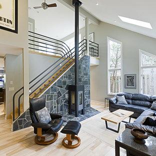 Diseño de salón contemporáneo con paredes grises y estufa de leña