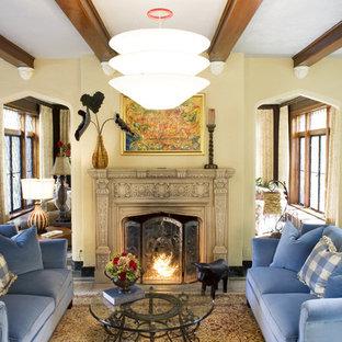 セントルイスの大きいトラディショナルスタイルのおしゃれな独立型リビング (ベージュの壁、標準型暖炉、トラバーチンの床、石材の暖炉まわり、ベージュの床) の写真