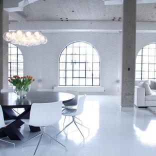 モントリオールの巨大なインダストリアルスタイルのおしゃれなリビング (白い壁、白い床) の写真