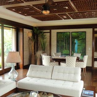 マイアミの大きいトロピカルスタイルのおしゃれな独立型リビング (ベージュの壁、無垢フローリング、暖炉なし、壁掛け型テレビ、茶色い床) の写真