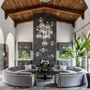 Inspiration pour un salon méditerranéen fermé avec une salle de réception, un mur blanc, un sol en bois brun, une cheminée standard, un manteau de cheminée en carrelage, aucun téléviseur, un sol marron, un plafond en poutres apparentes, un plafond voûté et un plafond en bois.