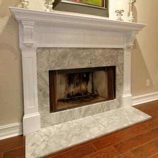 Klassisches Wohnzimmer mit beiger Wandfarbe, Keramikboden, Kamin und Kaminumrandung aus Stein in Miami