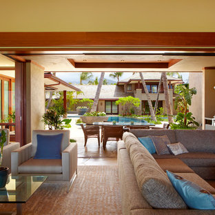 ハワイのトロピカルスタイルのおしゃれなLDK (黄色い壁、スレートの床) の写真