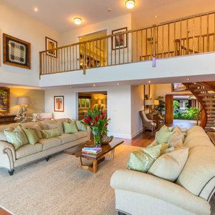 Foto di un soggiorno tropicale aperto con pareti bianche, pavimento in legno massello medio e pavimento arancione