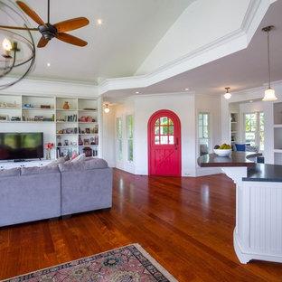 ハワイの中サイズのビーチスタイルのおしゃれなLDK (ミュージックルーム、白い壁、濃色無垢フローリング、暖炉なし、据え置き型テレビ、茶色い床) の写真