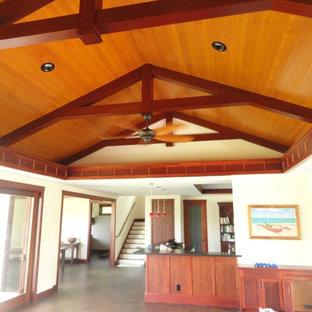 ハワイの中サイズのトロピカルスタイルのおしゃれなLDK (白い壁、コンクリートの床、暖炉なし) の写真