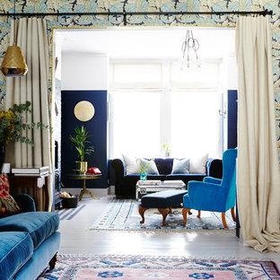 Ispirazione per un grande soggiorno stile americano aperto con pareti blu, pavimento in legno verniciato, stufa a legna, cornice del camino in mattoni, TV a parete e pavimento bianco