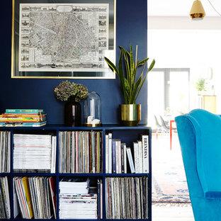 Ispirazione per un grande soggiorno stile americano aperto con sala formale, pareti blu, pavimento in legno verniciato, stufa a legna, cornice del camino in mattoni, nessuna TV e pavimento bianco