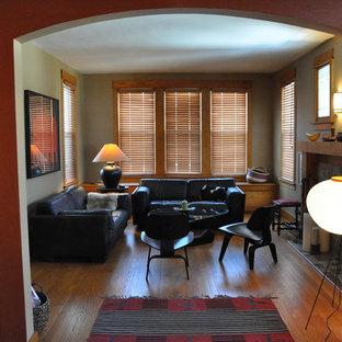 Foto de salón cerrado, de estilo americano, de tamaño medio, con chimenea tradicional