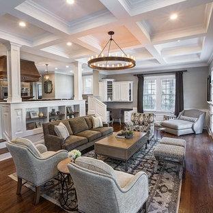 Modelo de salón clásico renovado, extra grande, con chimenea tradicional y televisor colgado en la pared