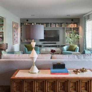 Ispirazione per un soggiorno classico di medie dimensioni e aperto con sala formale, pareti verdi, parquet scuro, nessun camino, parete attrezzata e pavimento marrone