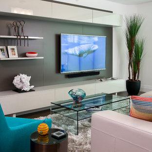 Esempio di un soggiorno contemporaneo di medie dimensioni e aperto con pareti bianche, pavimento in gres porcellanato e parete attrezzata