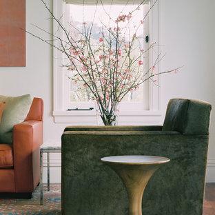 Diseño de salón para visitas abierto, moderno, grande, sin televisor, con paredes blancas, suelo de madera en tonos medios, chimenea tradicional y marco de chimenea de yeso