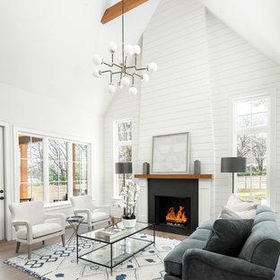 Imagen de salón abierto, de estilo de casa de campo, grande, con todas las chimeneas, marco de chimenea de piedra, paredes blancas, suelo de madera oscura y suelo marrón