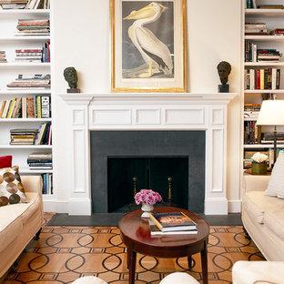 Idee per un ampio soggiorno chic chiuso con sala formale, pareti beige, parquet chiaro, camino classico e cornice del camino in legno