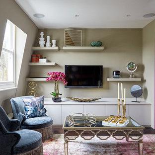 Idéer för att renovera ett litet eklektiskt vardagsrum, med gröna väggar, mörkt trägolv, en väggmonterad TV och brunt golv
