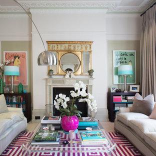 ロンドンのエクレクティックスタイルのおしゃれな独立型リビング (フォーマル、マルチカラーの壁、淡色無垢フローリング、標準型暖炉、石材の暖炉まわり、テレビなし、ベージュの床) の写真