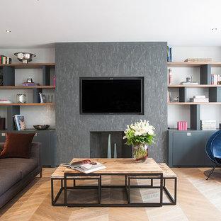 Idéer för stora funkis vardagsrum, med ett finrum, vita väggar, ljust trägolv, en standard öppen spis, en spiselkrans i betong, en väggmonterad TV och brunt golv