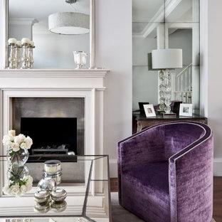 Неиссякаемый источник вдохновения для домашнего уюта: открытая гостиная комната среднего размера в классическом стиле с белыми стенами, камином и фасадом камина из металла
