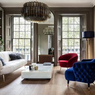 Idéer för ett stort modernt vardagsrum, med ett finrum, ljust trägolv, en standard öppen spis och bruna väggar