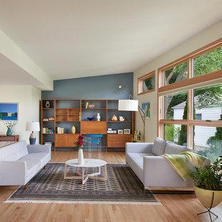 Foto di un grande soggiorno minimalista aperto con sala formale, parquet chiaro, nessuna TV, nessun camino, pareti blu e pavimento beige