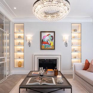 Ispirazione per un soggiorno minimal chiuso con pareti grigie, parquet chiaro, camino classico e pavimento beige