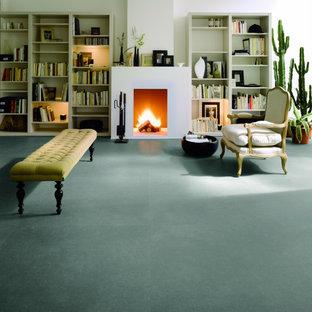 Ispirazione per un soggiorno minimalista di medie dimensioni e aperto con pareti bianche, pavimento in cemento, camino classico, cornice del camino in intonaco e pavimento bianco