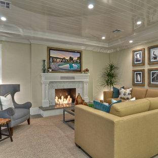 Klassisches Wohnzimmer mit beiger Wandfarbe und Kamin in Orange County