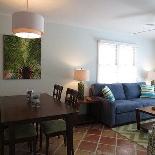 マイアミの小さいトロピカルスタイルのおしゃれなLDK (白い壁、セラミックタイルの床、暖炉なし、壁掛け型テレビ、茶色い床) の写真