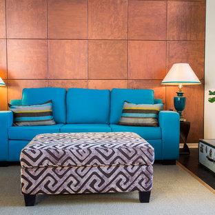 Idee per un grande soggiorno classico aperto con pareti marroni e pavimento in legno verniciato