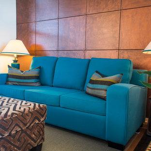Foto di un grande soggiorno chic aperto con pareti marroni e pavimento in legno verniciato