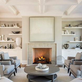 Repräsentatives Maritimes Wohnzimmer mit grauer Wandfarbe, braunem Holzboden, Kamin und Kassettendecke in Charleston
