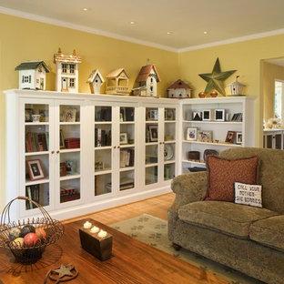Ispirazione per un soggiorno eclettico di medie dimensioni e chiuso con pareti gialle, parquet chiaro, nessuna TV e pavimento marrone