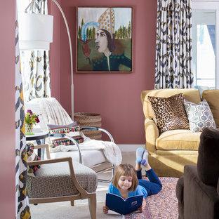 Idee per un soggiorno tradizionale di medie dimensioni e chiuso con pareti rosa, moquette, nessun camino, TV a parete e pavimento beige