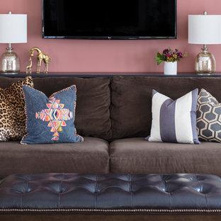 Immagine di un soggiorno chic di medie dimensioni e chiuso con pareti rosa, moquette, nessun camino, TV a parete e pavimento beige