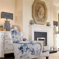 Traditional Living Room by Minnie Peters