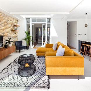 Réalisation d'un salon tradition de taille moyenne et ouvert avec un mur blanc, un sol en carrelage de porcelaine, un téléviseur fixé au mur, un sol gris et un mur en parement de brique.