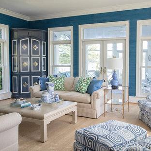 Klassisches Wohnzimmer mit blauer Wandfarbe, hellem Holzboden, Kamin und beigem Boden in Richmond