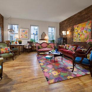 Foto di un ampio soggiorno vittoriano chiuso con camino classico