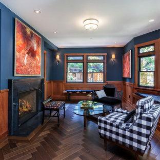 Immagine di un soggiorno stile americano chiuso con sala formale, pareti blu, parquet scuro, camino classico, cornice del camino in pietra e pavimento marrone